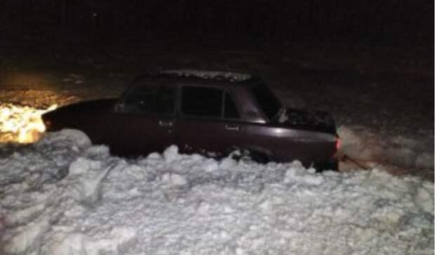 ВОренбуржье сотрудники полиции помогли вытащить автомобиль изснега