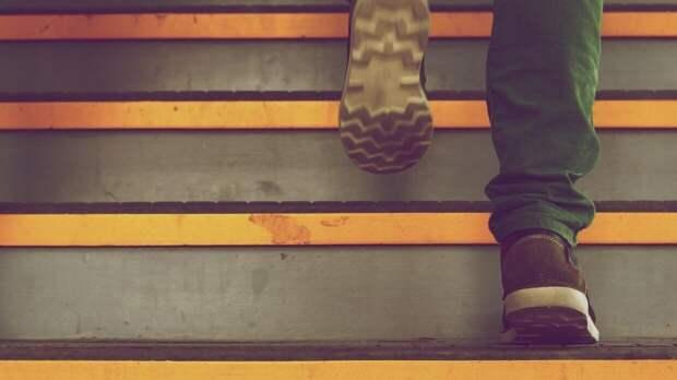 Травматолог рассказал, почему нельзя ходить по лестнице со смартфоном