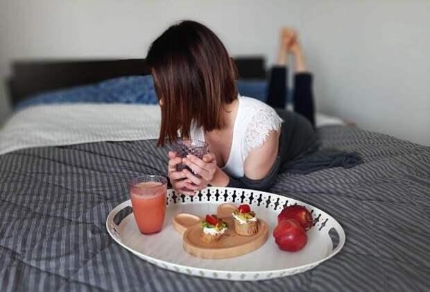 Девушка в уютной спальне