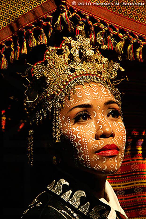 На лица жениха и невесты наносится достаточно стойкая краска в виде разных узоров.