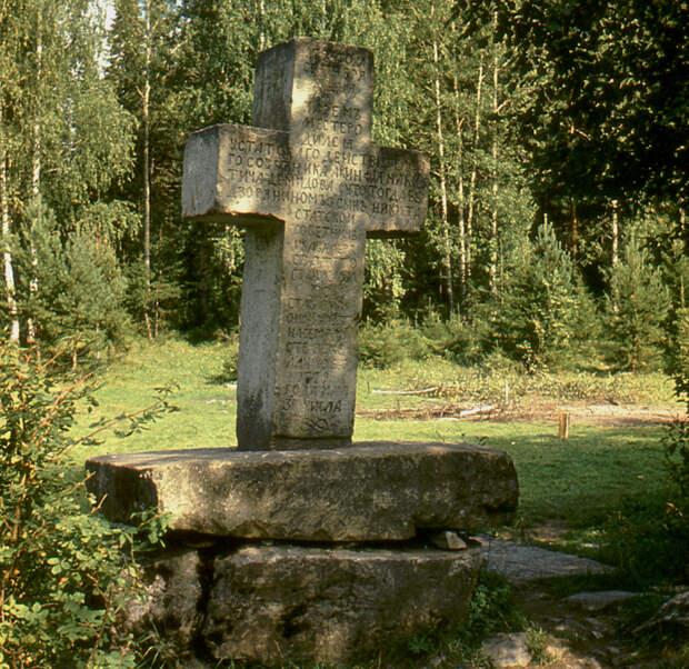 Памятный крест на месте рождения Никиты Демидова у реки Чусовой.