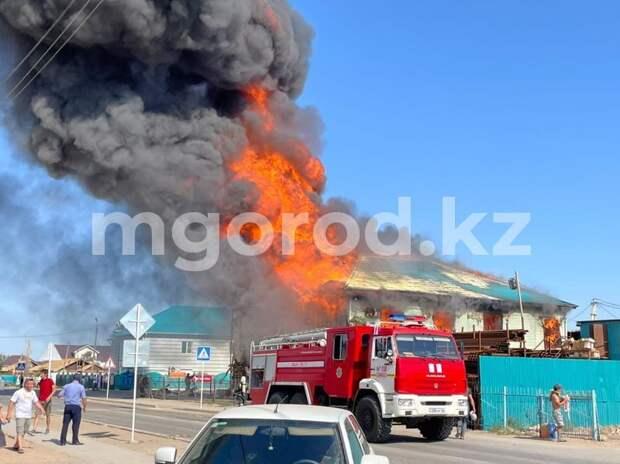 Двухэтажный магазин сгорел в селе в Атырауской области