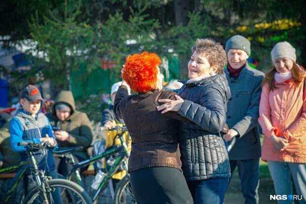 Гуляй — Победа! Как новосибирцы отдыхали после года пандемии — 10 фото с праздничных улиц