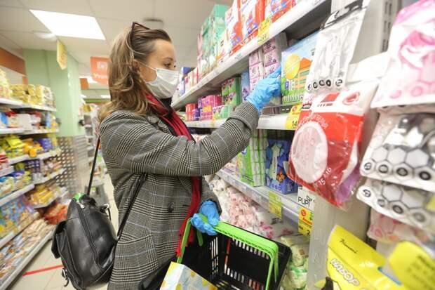 В магазинах покупателям напоминают о необходимости наличия СИЗ / Фото: Артур Новосильцев