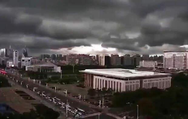 """""""Нападение огромного монстра"""": Ухань накрыл мощный ураган"""