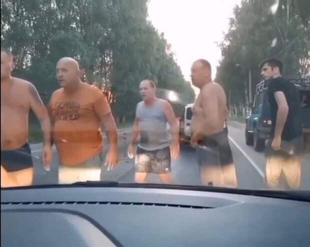 Отряд мужиков-рыбаков против обочечника в Костроме
