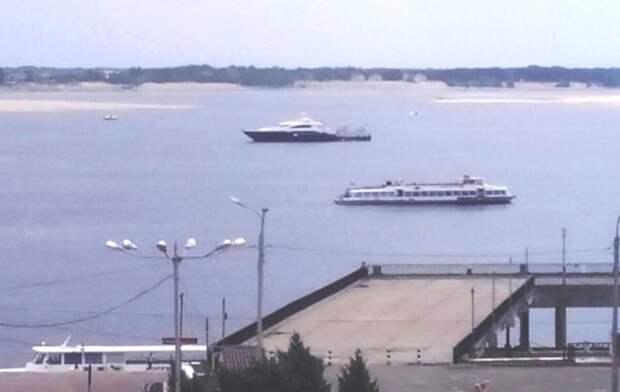 Яхта Януковича в речпорт заходить не стала в целях безопасности осталась на рейде. Фото Ирины из группы ВК