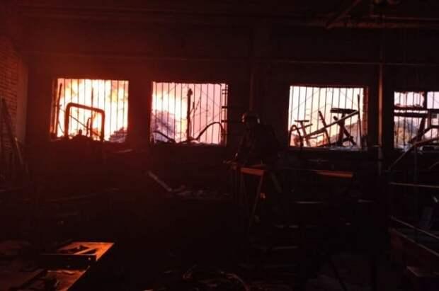 В Екатеринбурге пожарные тушат возгорание на площади 2 тыс. кв. м