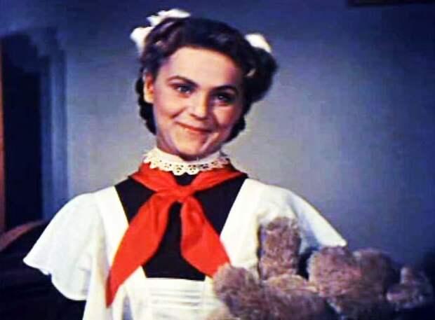 1958 год. Первая роль Асмус в кино. Клава в «Новых похождениях Кота в сапогах». Кадр из фильма