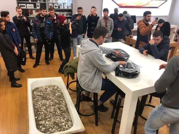 В московский магазин притащили ванну с мелочью весом 340 кг, чтобы купить iPhone XS