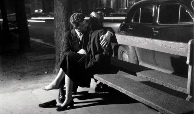 Французский поцелуй: как фотограф снимал влюбленные парочки на улицах Парижа