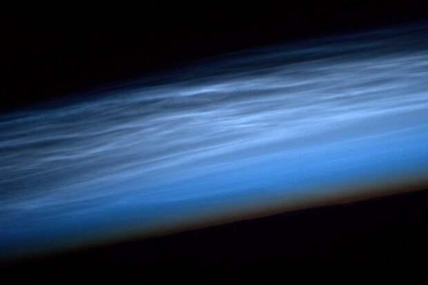 17. Серебристые облака, сформированные кристаллами льда, высоко в мезосфере Земли земля, космонавт, космос