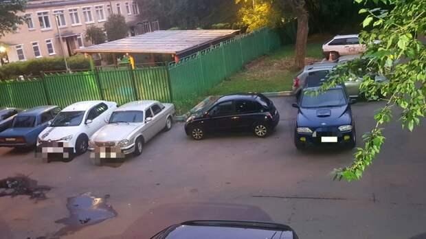 На Живописной микро-Ниссан «застолбил» сразу два парковочных места
