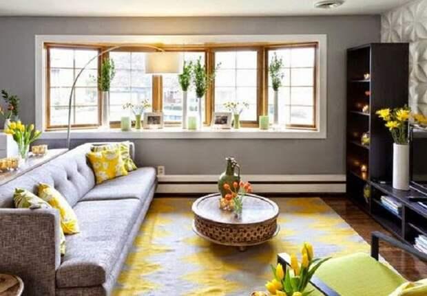 Просто потрясающий интерьер в гостиной создан благодаря просто крутой комбинации современных тенденций.
