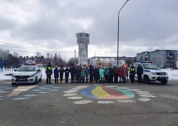 Военные автоинспекторы провели урок безопасности дорожного движения со школьниками поселка Высокий Мурманской области