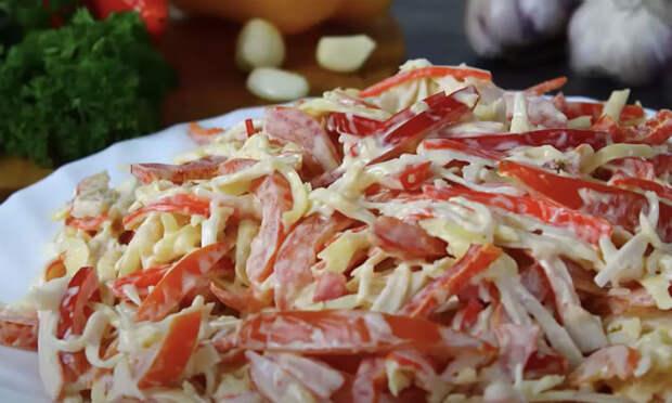Пачка крабовых палочек и помидоры: салат Красное море сразу заменил Оливье)