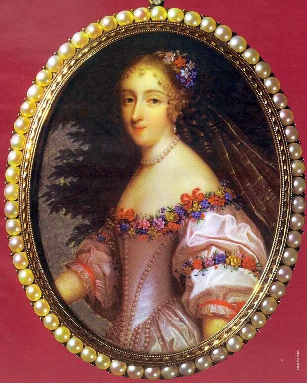Гламур по-французски. Золотое платье Анжелики