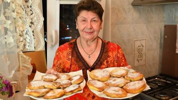 Женщина кладёт яблоки в кипящее масло. Получается очень вкусный десерт