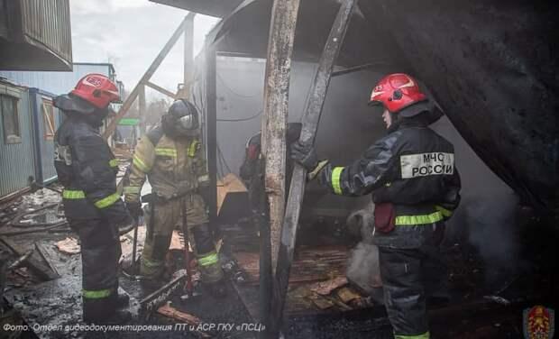 13 бытовок сгорели на улице Нижние Мневники