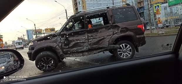 Автобус на Ленинском оставил мощную вмятину на борту УАЗа и выломал ему колесо
