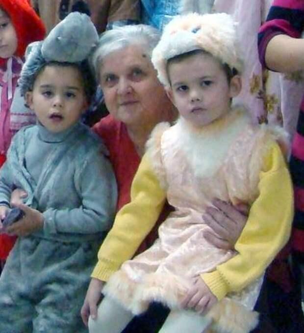 Коля (слева) и Костя вместе с новой мамой. Фото: страница соцсети героини публикации.