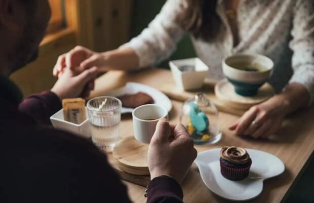 Чаевые перестанут включать в счета за обед