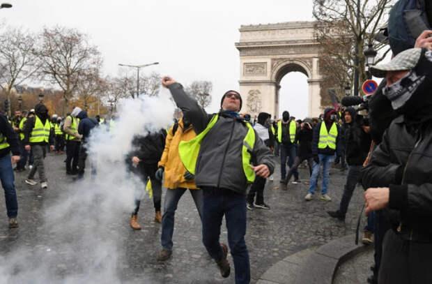 Во Франции 114 тыс. человек вышли на протест против вакцинации