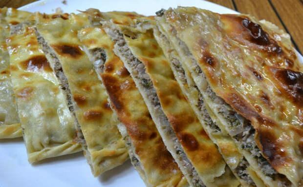 Дагестанка показала как принято печь лепешки. Внутри картошка с мясом, а теста почти не чувствуется