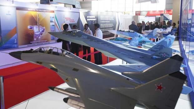 Макеты истребителей МиГ-35 и Су-57 на стенде российской государственной компании «Рособоронэкспорт»