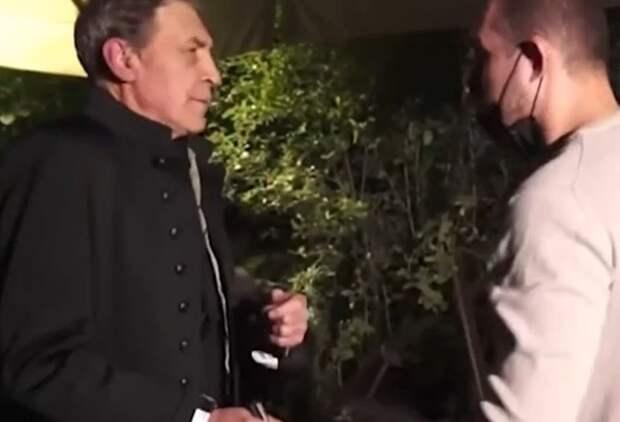 Журналиста Александра Невзорова во время автограф-сессии ударили по лицу