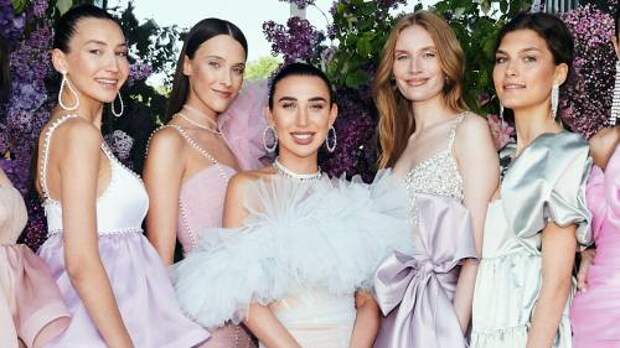 Сложная драпировка, легкие ткани и нежные цвета: Анастасия Задорина показала новую коллекцию вечерних платьев