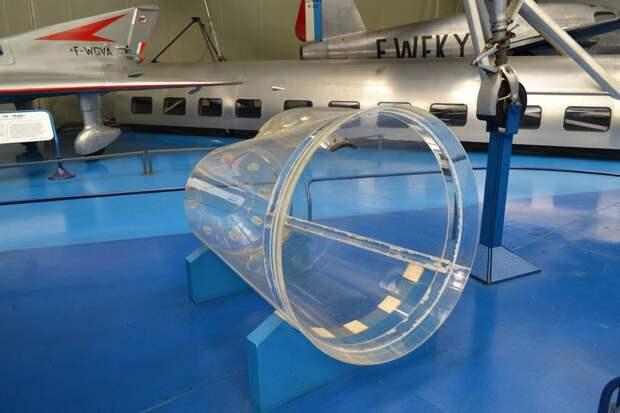 Прозрачная часть фонаря кабины самолета Ледюк 0.22 – кажется, что она обеспечивает прекрасный обзор – пока не вставлена в самолет! Блистер в ее верхней части позволял пилоту привстать, чтобы хоть как-то видеть землю на посадке