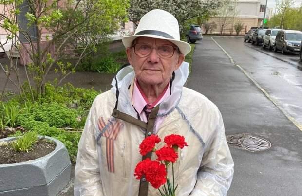 Петр Толстой поздравил с Днем Победы 94-летнего ветерана из района Марьино