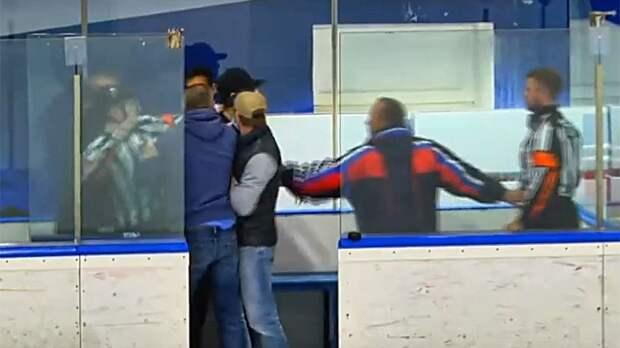 Болельщики набросились на арбитров с кулаками в перерыве детского хоккейного матча в Москве: видео