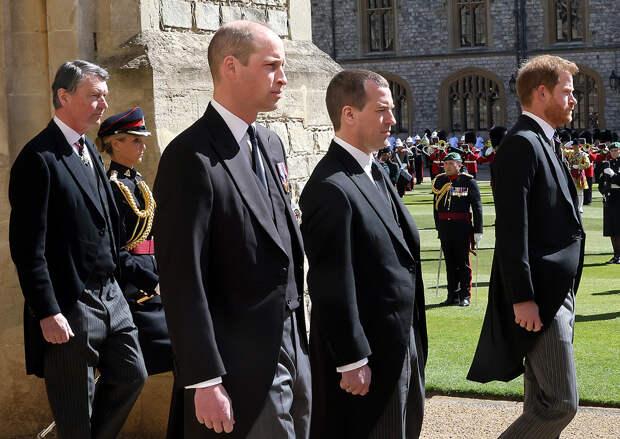 Принц Уильям, Питер Филлипс и принц Гарри на похоронах принца Филиппа