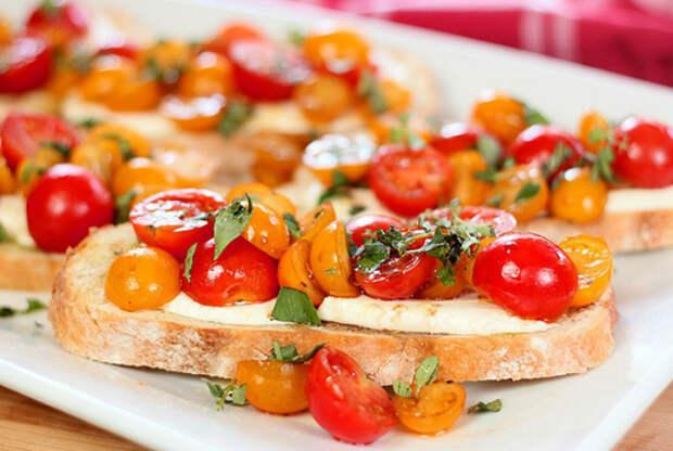 Брускетта с помидорами и сыром.