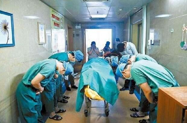 Китайские врачи кланяются мальчику, который болея раком мозга, спас жизни других людей, став донором.  жизнь, интересные, фото