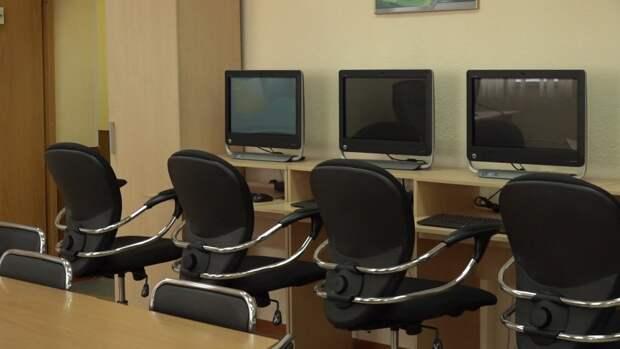 Новгородские школы начнут запирать входные двери на время уроков