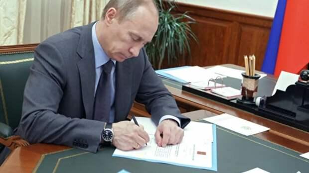 Владимир Путин подписал закон о совершенствовании запрета иметь счета в иностранных банках для некоторых категорий лиц