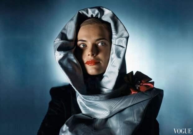 Модель в светло-голубом шелковом капюшоне от Хэтти Карнеги, 1945 год.