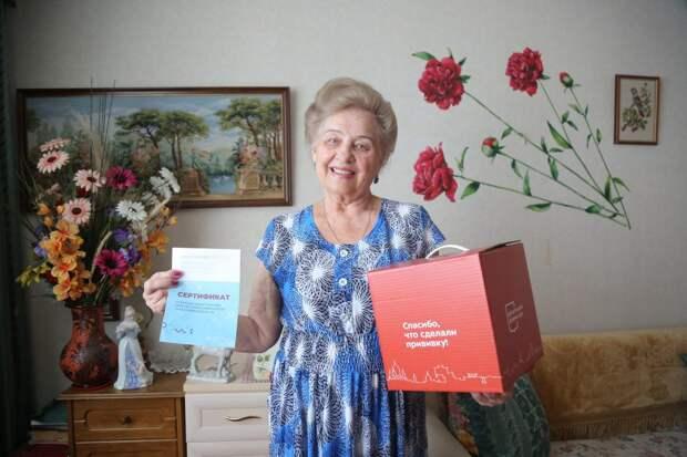 Пенсионерке из Выхина-Жулебина подарили «Добрую коробку» после прививки