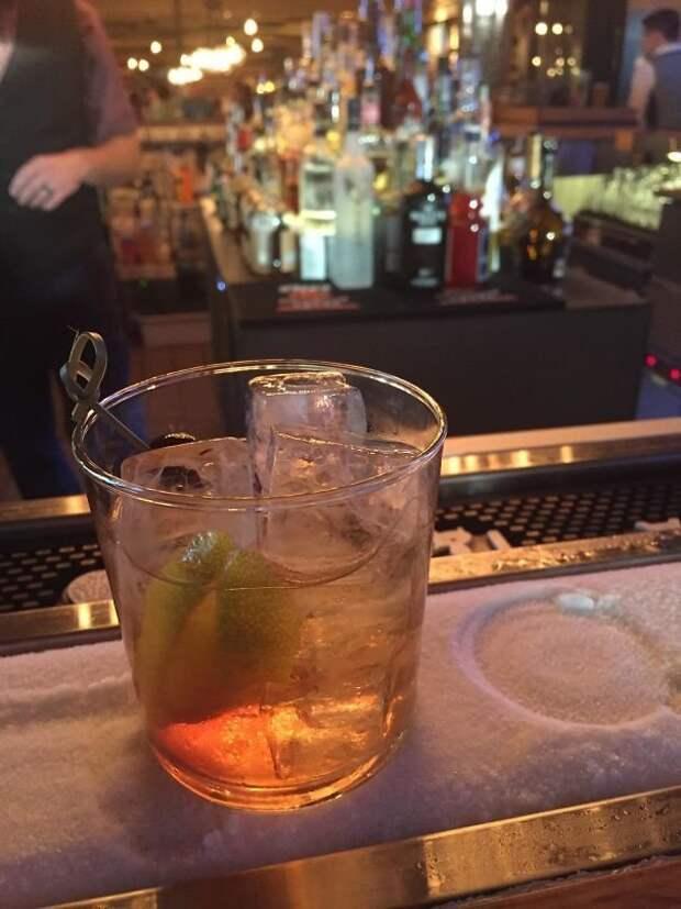 Ледяная дорожка на барной стойке позволяет напиткам дольше оставаться холодными идеи, необычно, нестандартно, нестандартные идеи, оригинально, оригинальные решения, проблемы, решения