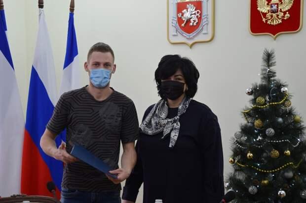 Мэр Симферополя вручила ключи от жилья детям-сиротам
