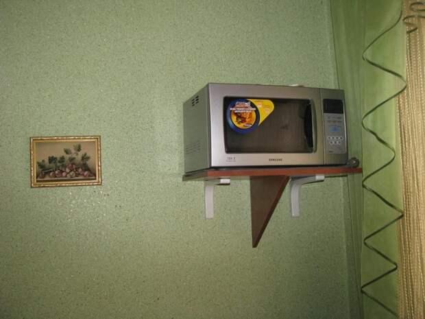 Поставьте микроволновку на специальную полку. / Фото: Drive2.ru