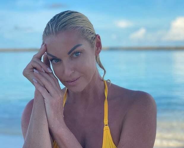 Анастасия Волочкова в фирменном шпагате на Мальдивах