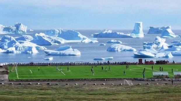 Футбольное поле на фоне айсбергов