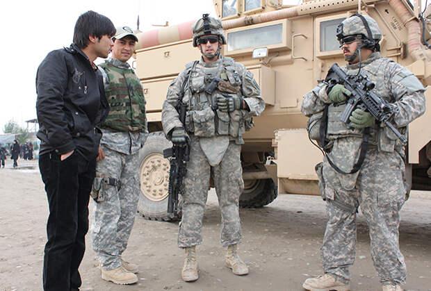 Американские солдаты, пригрозившие изъять у журналиста камеру