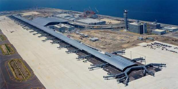 Кансай - аэропорт, построенный на искусственном острове.