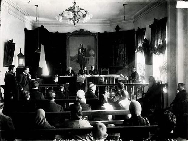 В зале городского суда. История в фотографиях, россия