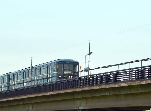 В метро «Выхино» голый мужчина повисел вниз головой на поручне